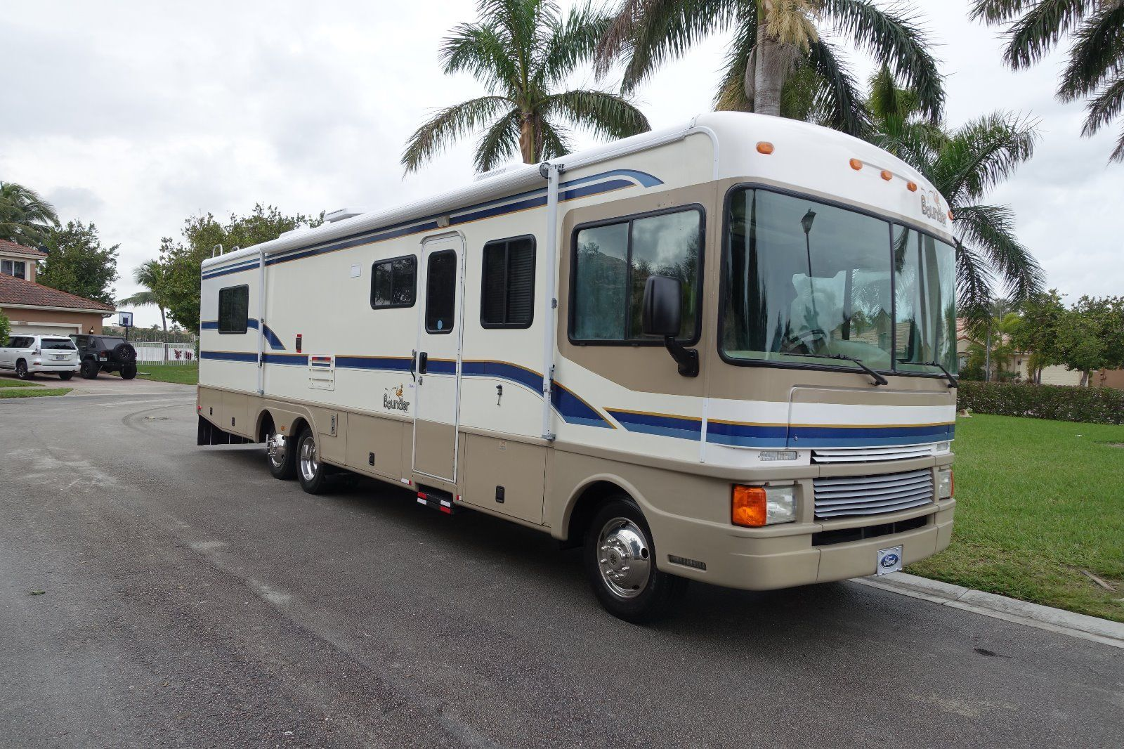 excellent shape 1999 Fleetwood BOUNDER camper for sale