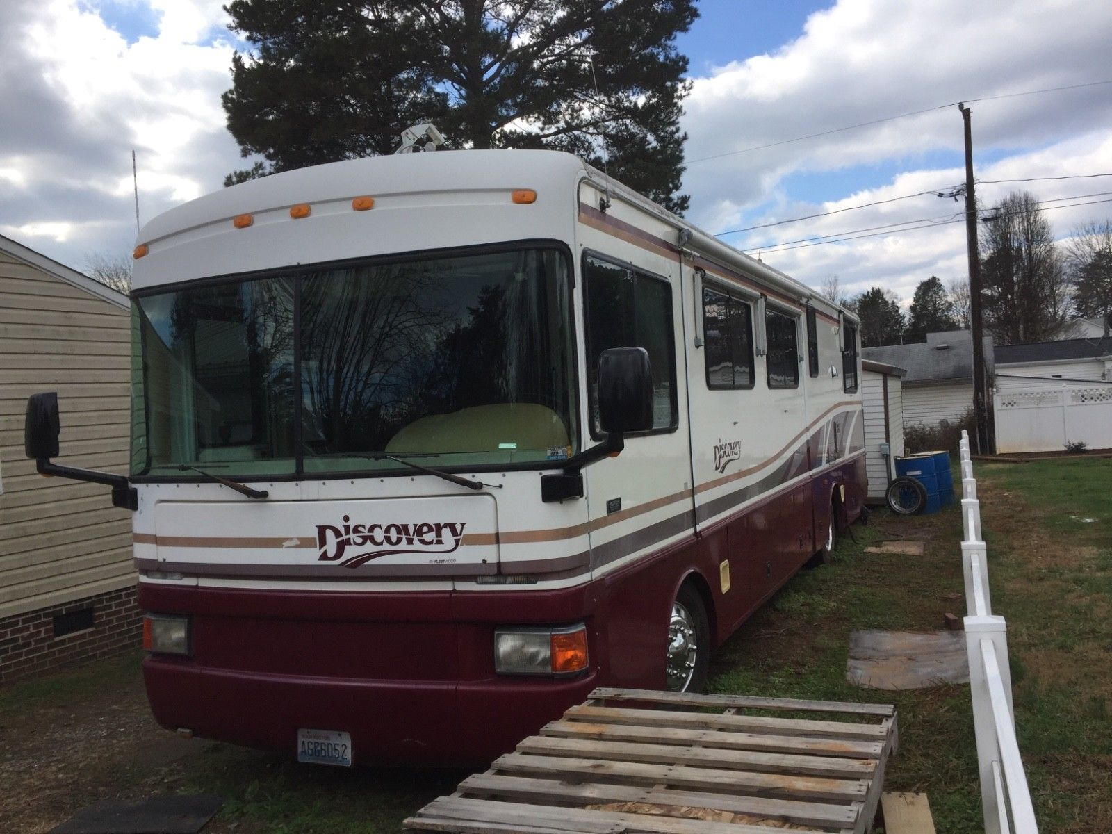 very nice 1998 Fleetwood Discovery motorhome camper for sale
