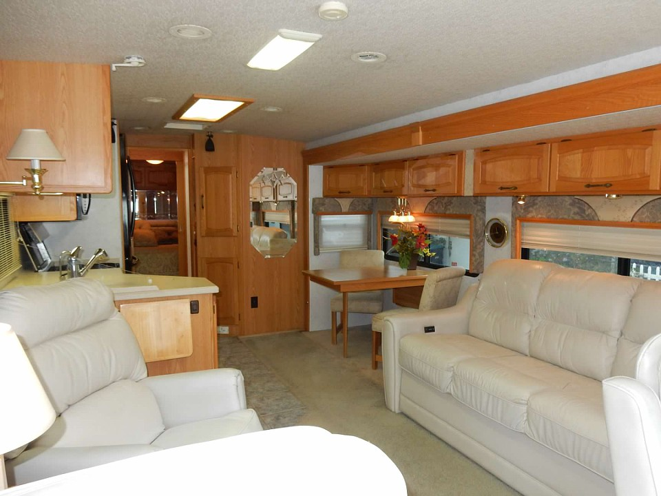 well maintained 2002 Winnebago Ultimate Advantage camper