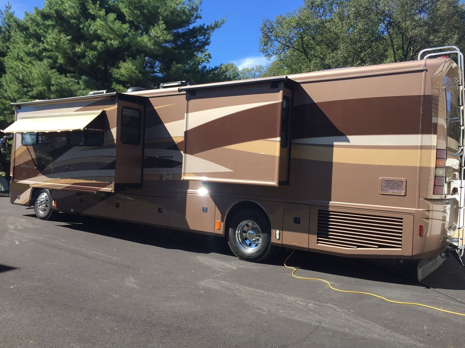 well equipped 2006 Fleetwood Revolution LE 40E camper rv