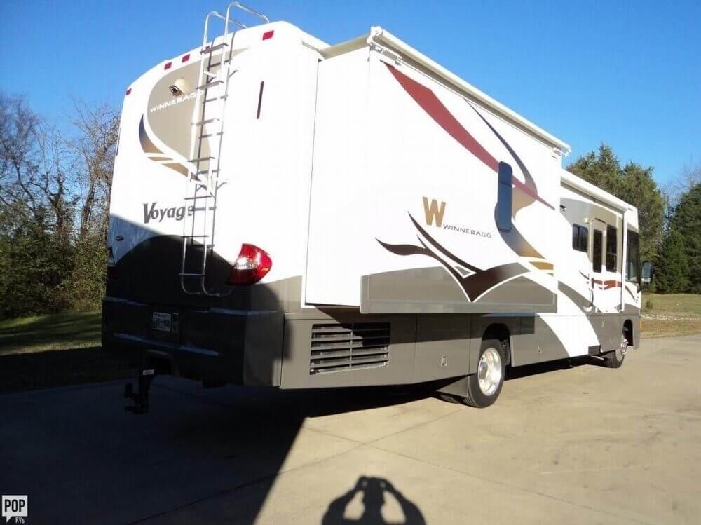 well equipped 2007 Winnebago Voyage camper rv