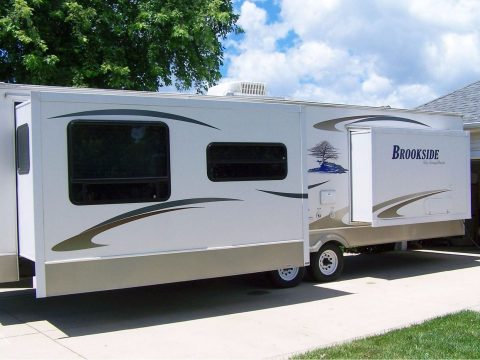 very clean 2008 Brookside 302FKS camper trailer for sale