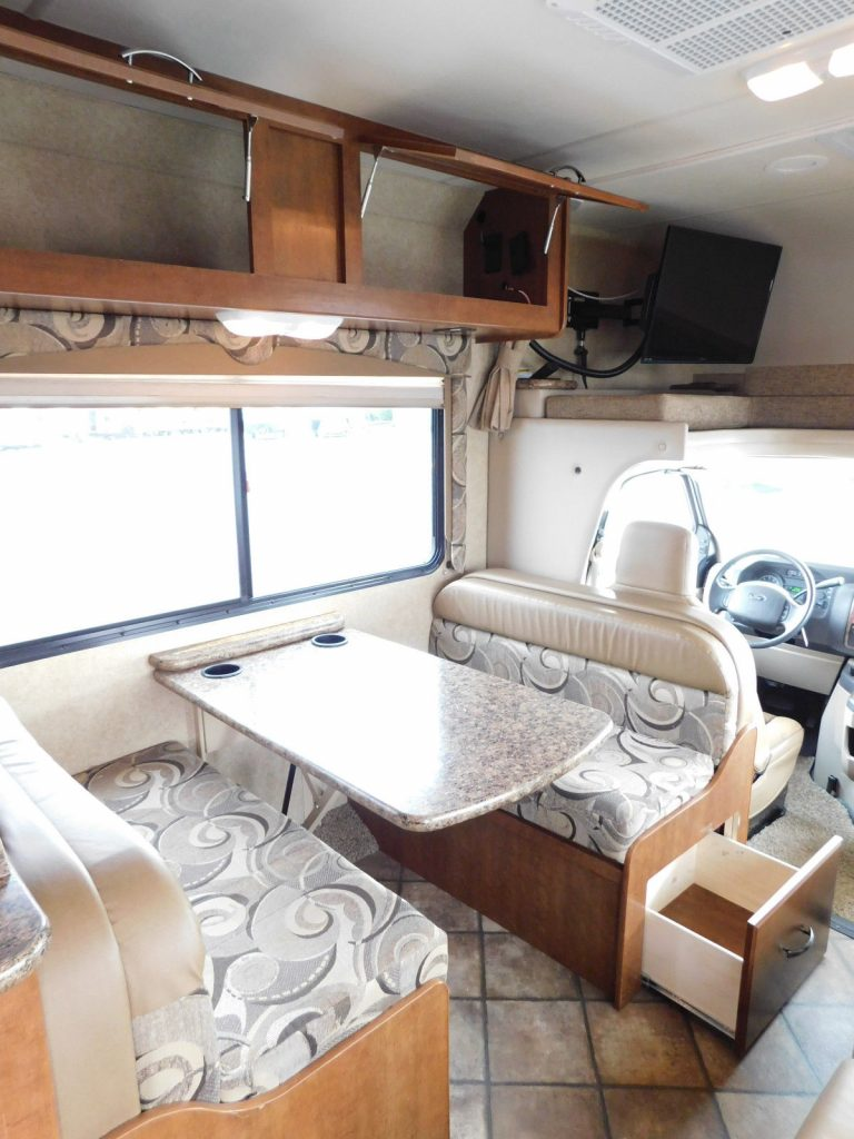 clean 2014 Thor Motor Coach Fourwinds 26A Class C camper