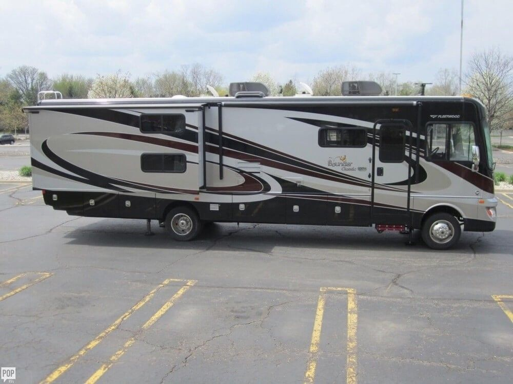 well optioned 2014 Fleetwood Bounder Classic camper