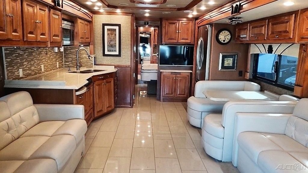 luxurious 2015 Tiffin Motorhomes Phaeton camper