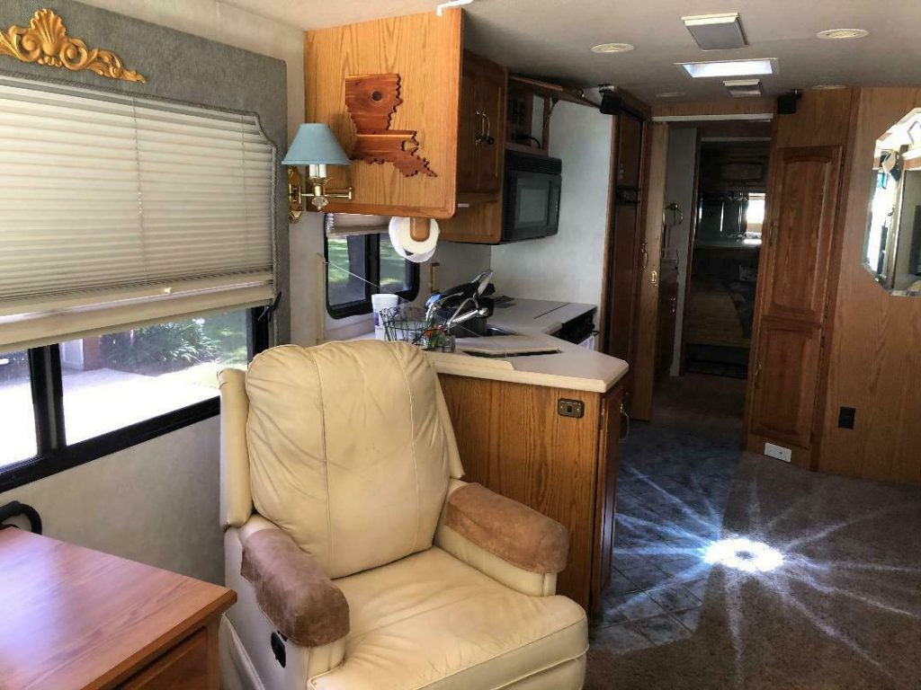 Additional Features 2000 Winnebago Ultimate Advantage camper