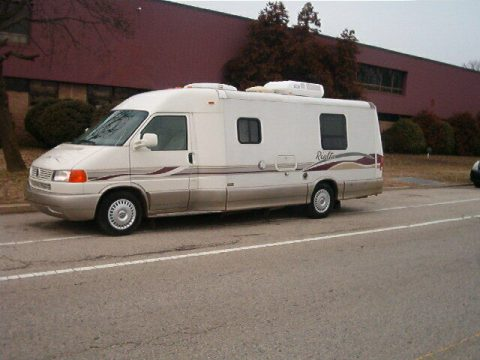 fully equipped 2000 Winnebago RIALTA camper for sale