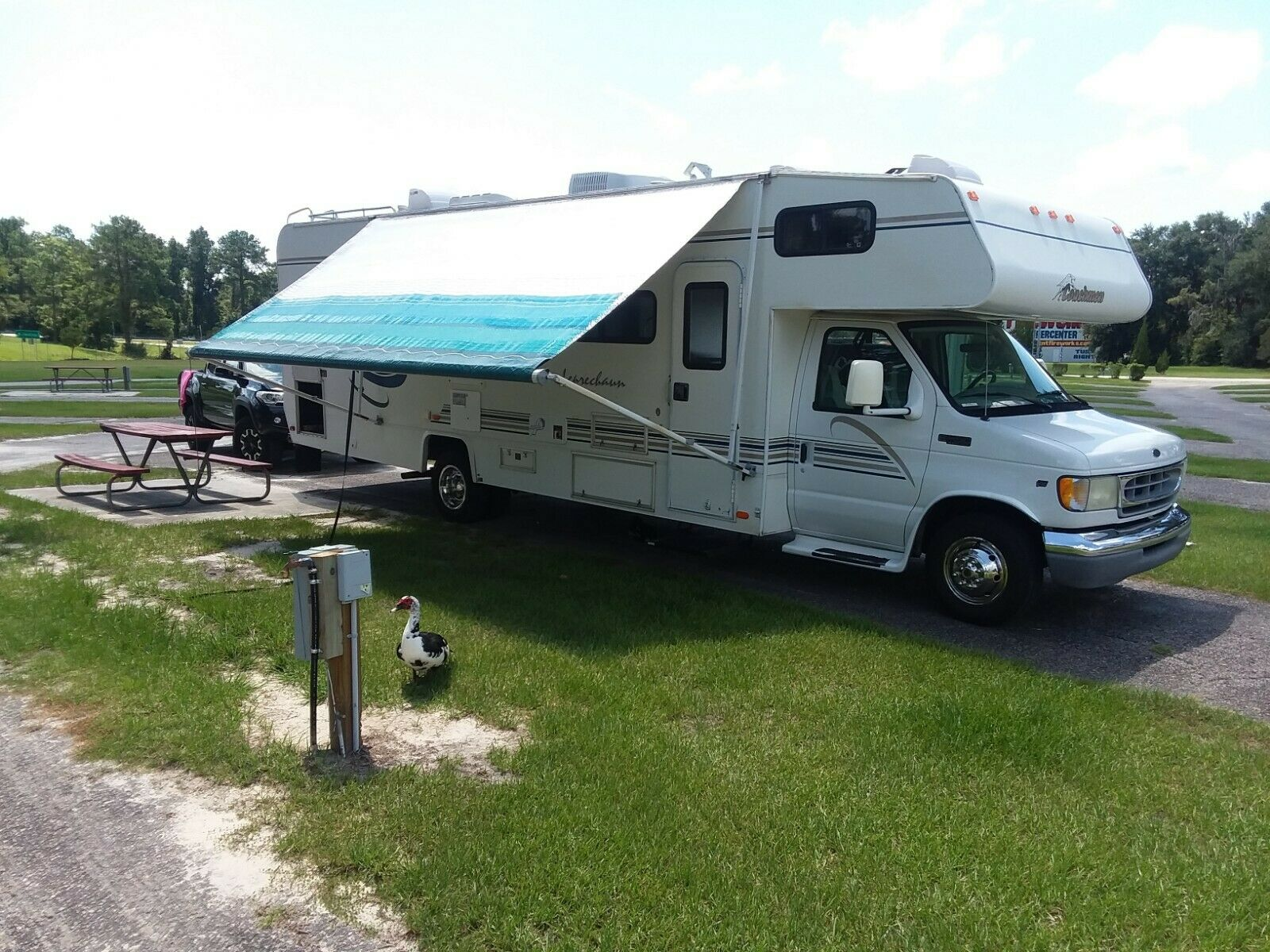 very nice 2000 Coachmen Leprechaun 314SS camper for sale