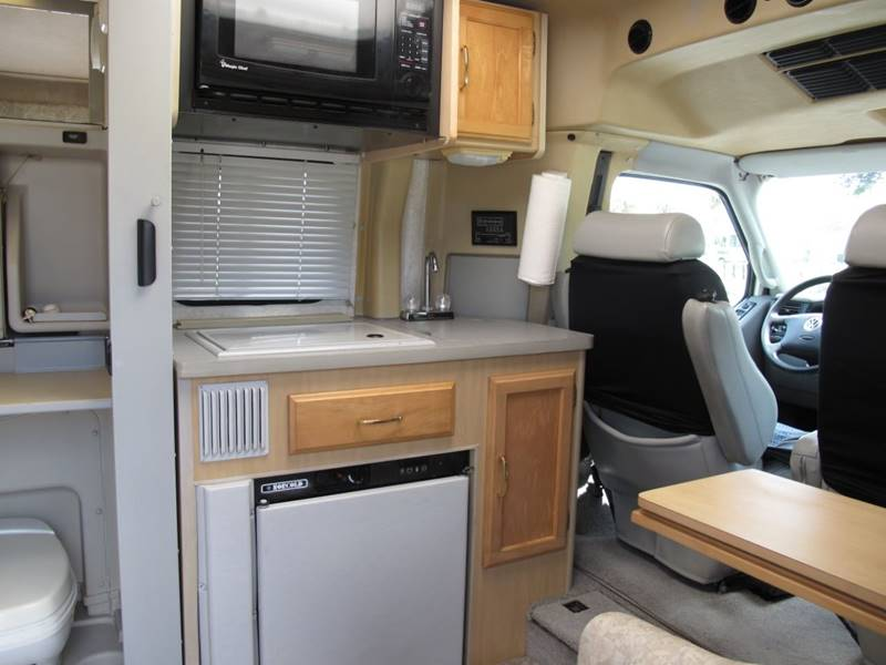 clean 2000 Winnebago RIALTA camper
