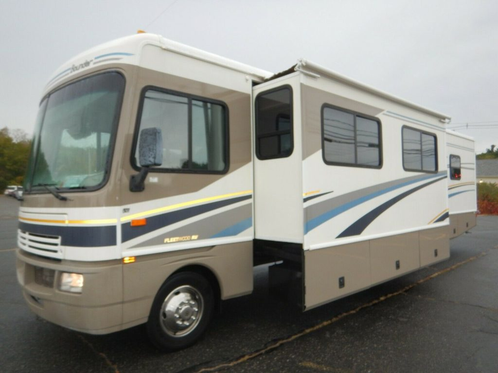 low mileage 2004 Fleetwood Bounder 35E camper