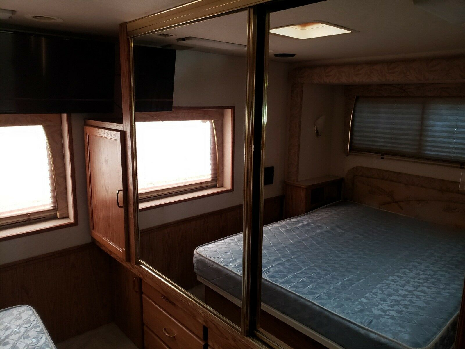 upgraded equipment 2002 National Dolphin 5355 Motorhome camper
