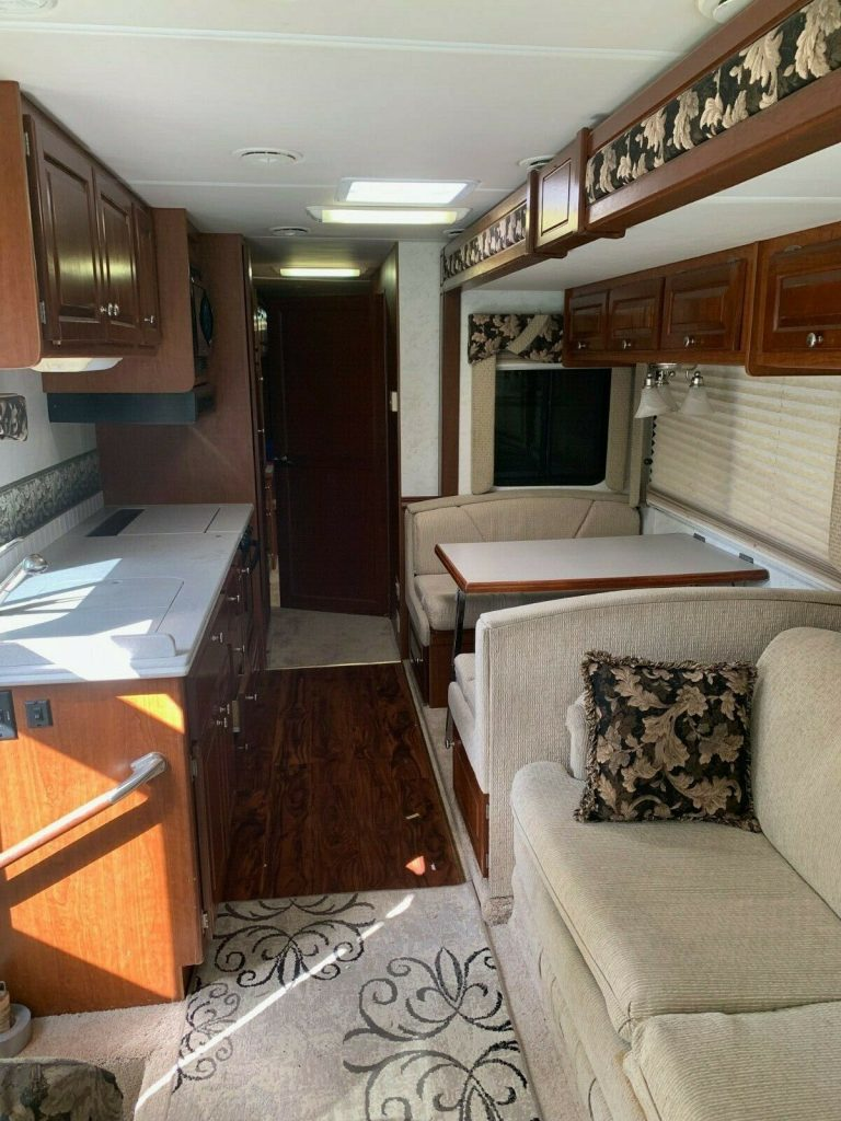 well serviced 2004 Thor Infinity Four Winds RV camper