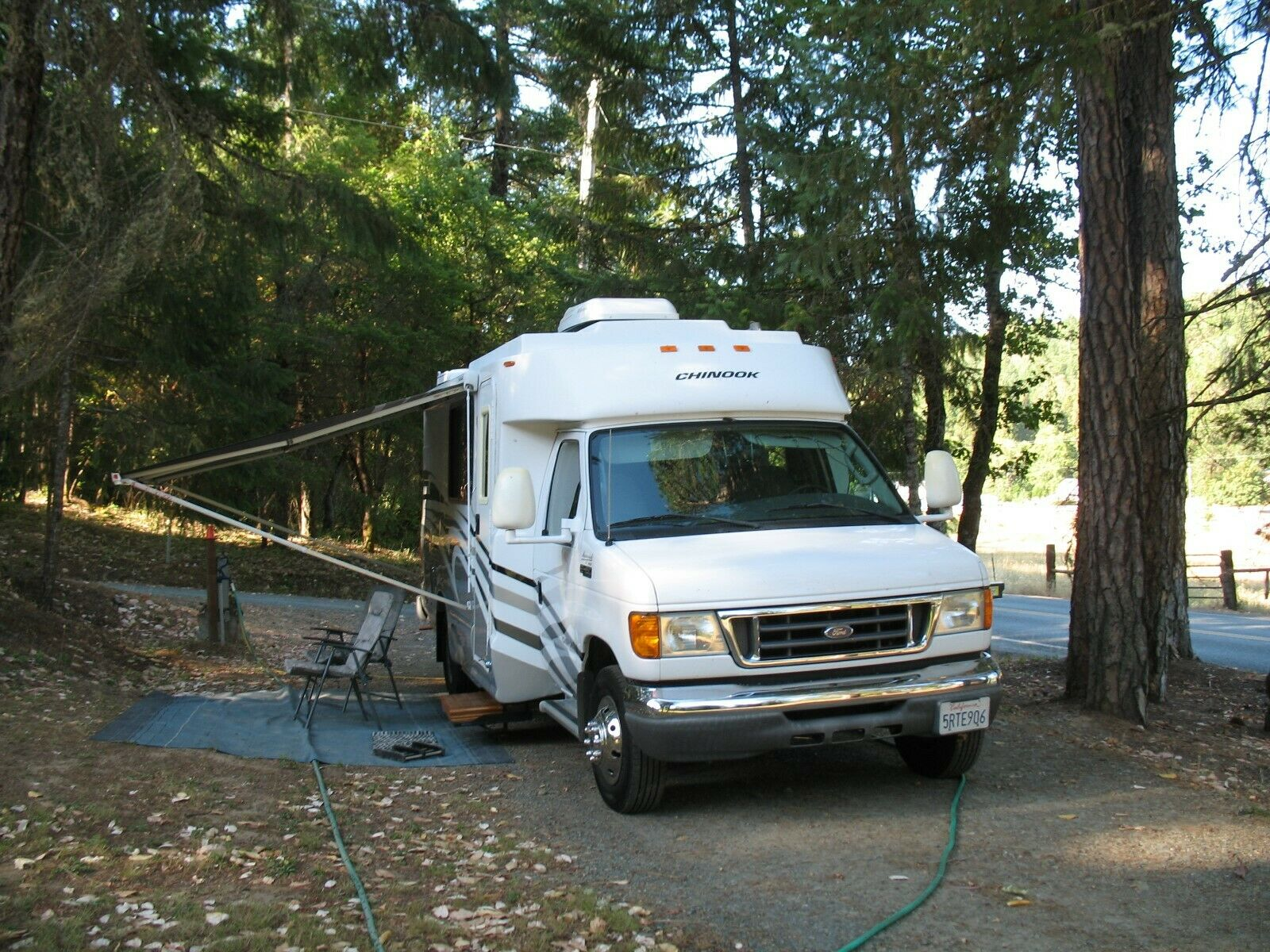 excellent shape 2005 Ford Chinook Motorhome 21′ camper