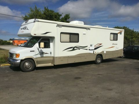 solid 2006 Winnebago Outlook camper for sale
