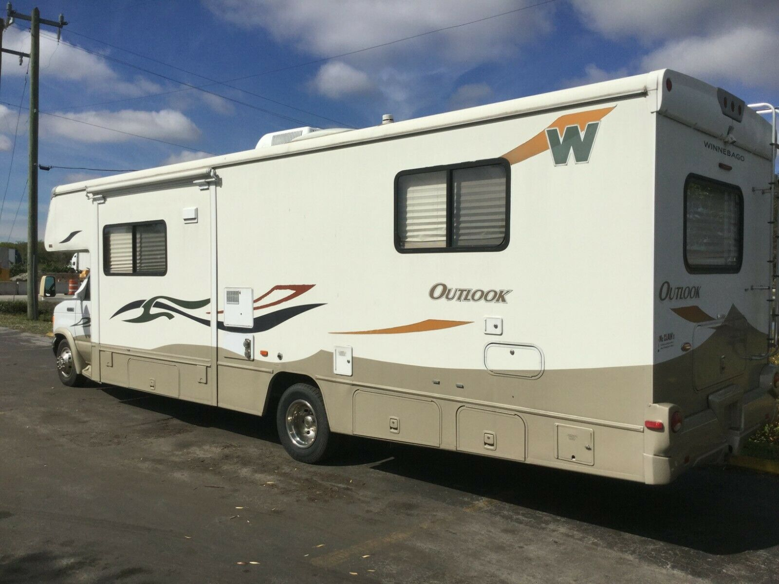 solid 2006 Winnebago Outlook camper