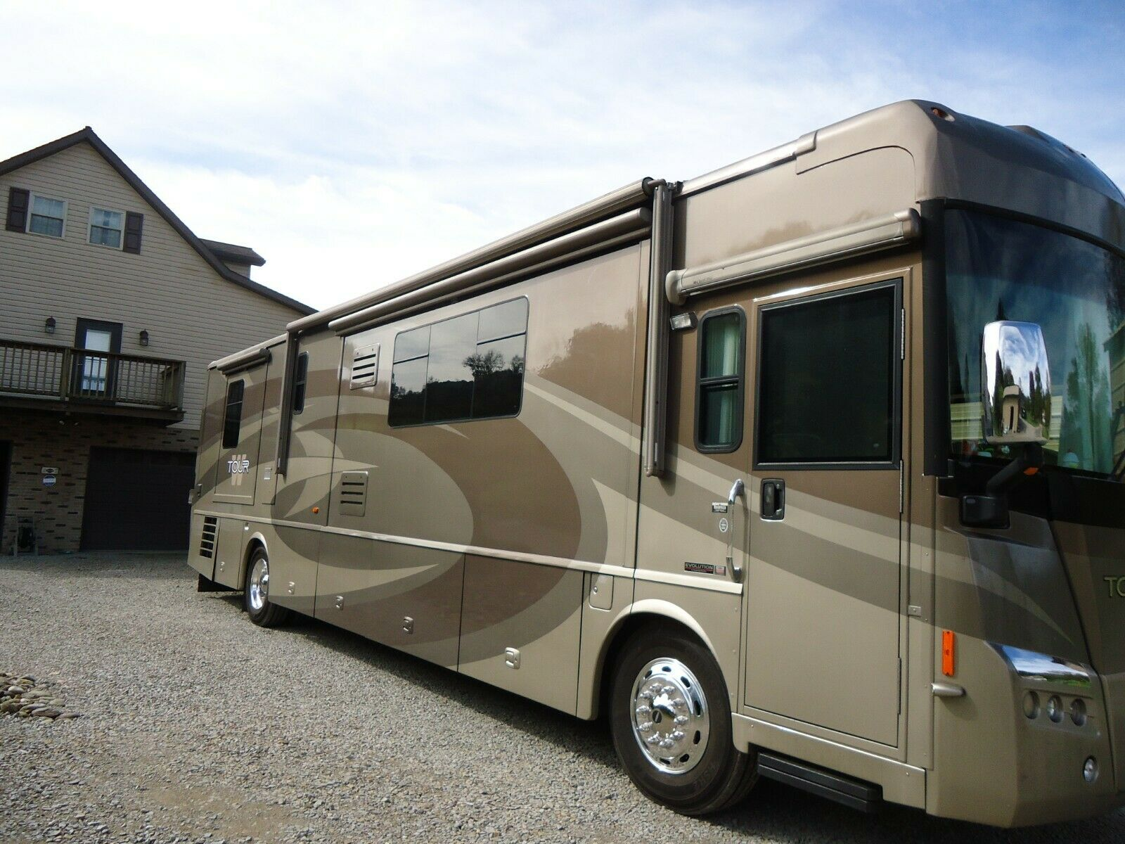 very clean 2006 Winnebago tour camper