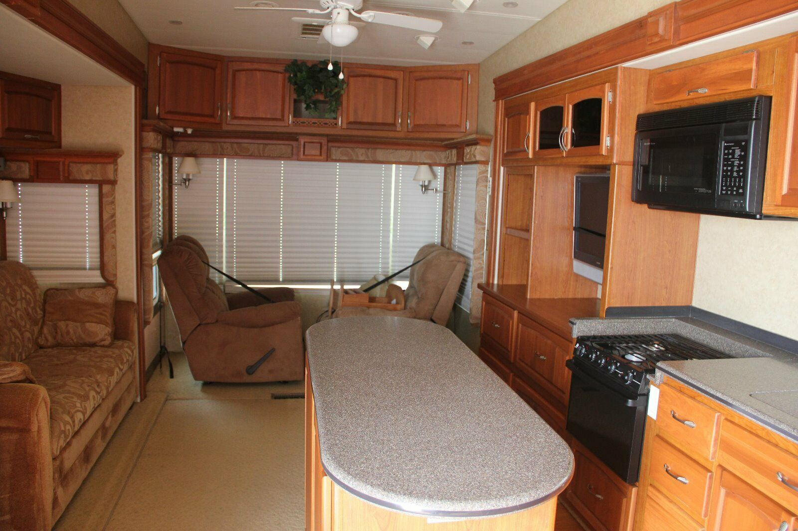 well equipped 2009 Holiday Rambler camper